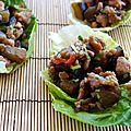 Aubergine et hâché de poulet à l'asiatique, dans feuilles de salade croquante