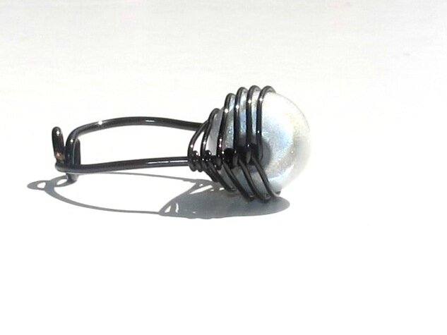 bague wire noir perle blanche profil