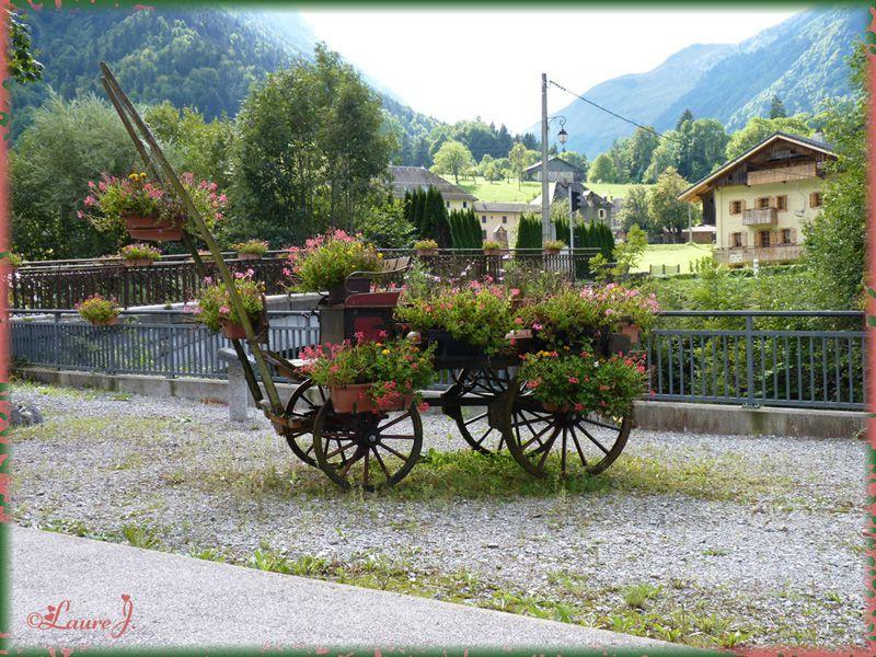 une charrette joliment d cor e mon jardin du bonheur. Black Bedroom Furniture Sets. Home Design Ideas