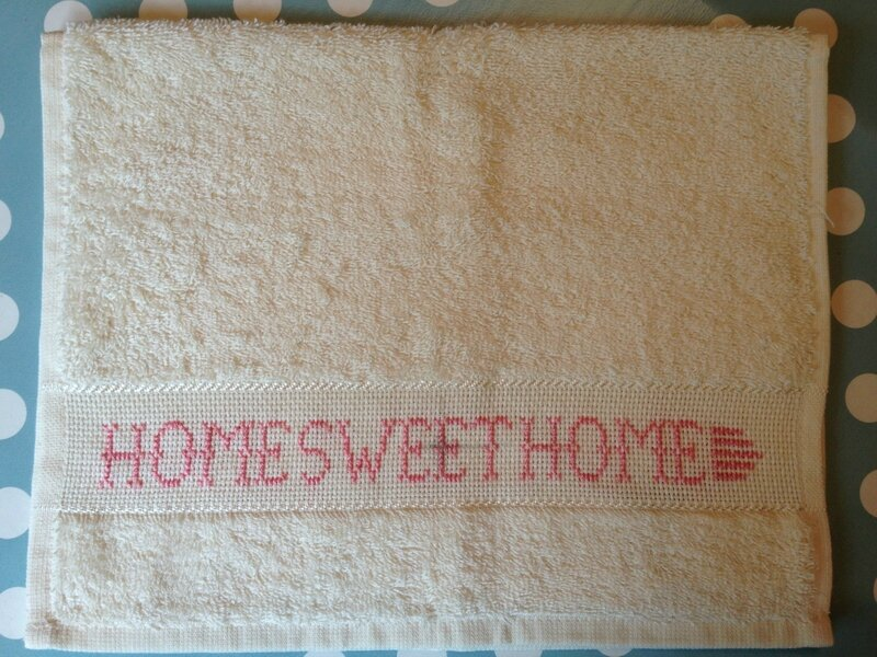 serviette invite bouclette coloris creme broderie home sweet home rose