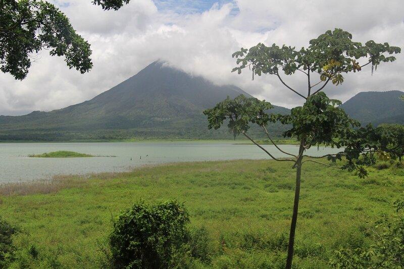 Vue sur le volcan Arenal depuis la côte sud du lac