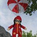 Une poupée doudou parachutiste...