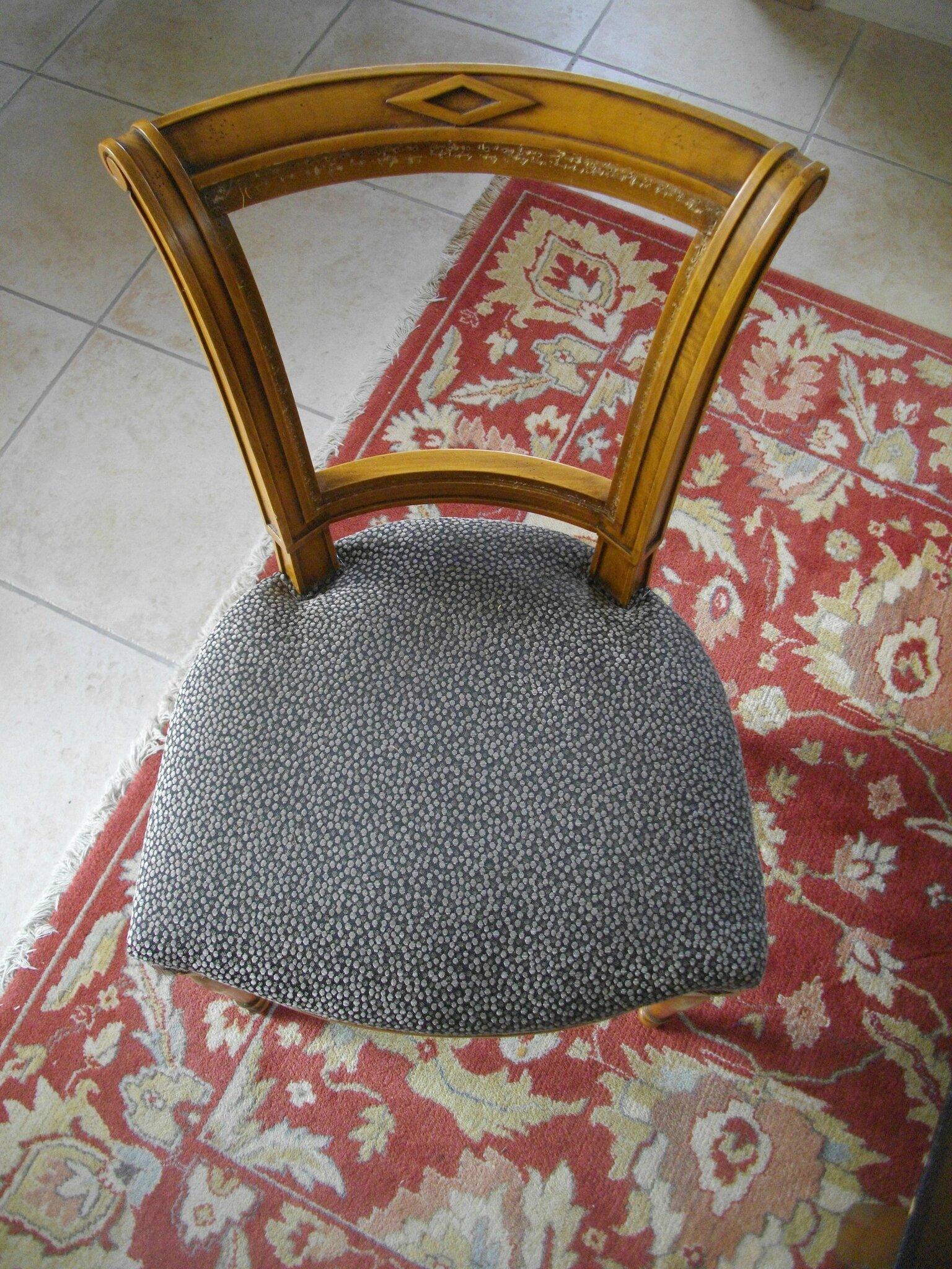 Relooking de chaises une fille frange for Tissu pour recouvrir chaise