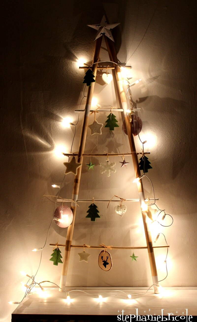 Diy deco noel sapin cosy avec 2 manches balai st phanie bricole for Decoration fenetre noel diy