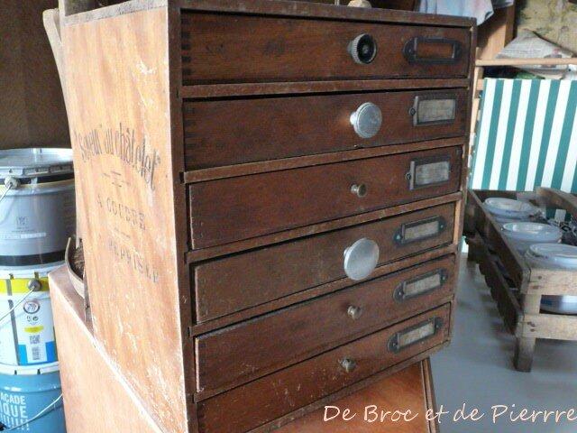 ancien petit meuble de broc et de pierre. Black Bedroom Furniture Sets. Home Design Ideas
