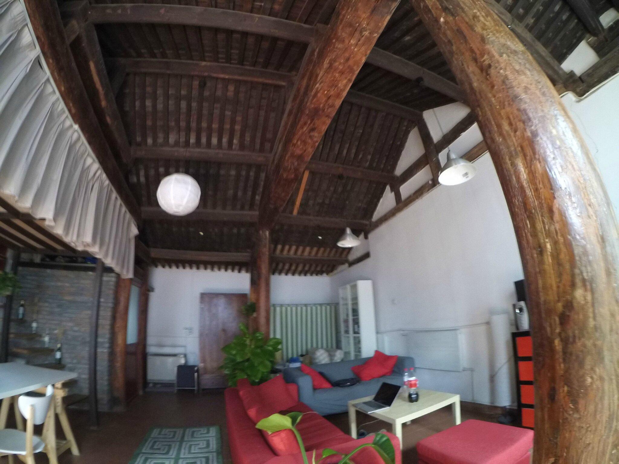 good la baie vitre qui donne sur luextrieur tait trs belle en bois avec des poignes en cuivre. Black Bedroom Furniture Sets. Home Design Ideas