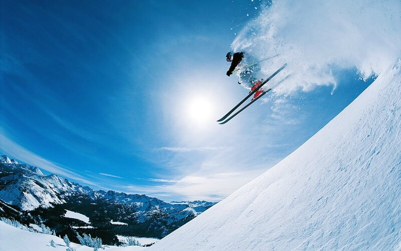 1197908575_1024x768_skiing-wallpaper