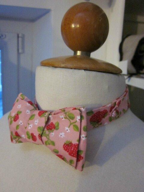 Véritable NOEUD PAPillon en coton rose parsemé de gourmandes fraises rouge (2)