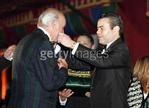 Actor Sean Connery (L) receives the Moroccan Order of Intellectual Merit for his contribution to cinema from Prince Moulay Rachid 07 December 2004