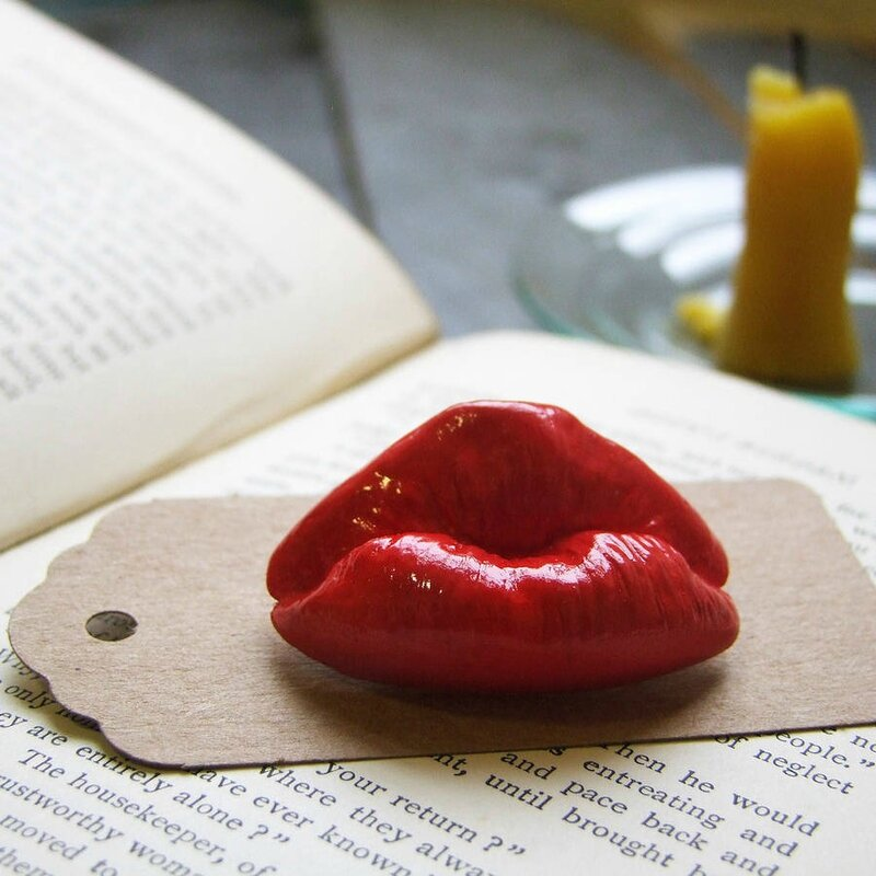 original_kiss-me-quick-brooch-a-real-cast-pout2