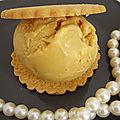 Glace a la confiture de lait au pommeau de normandie made in calvados, comme une perle dans son écrin