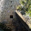 Maison en Tour fortifiée - Assise contre l'éperon rocheux ...