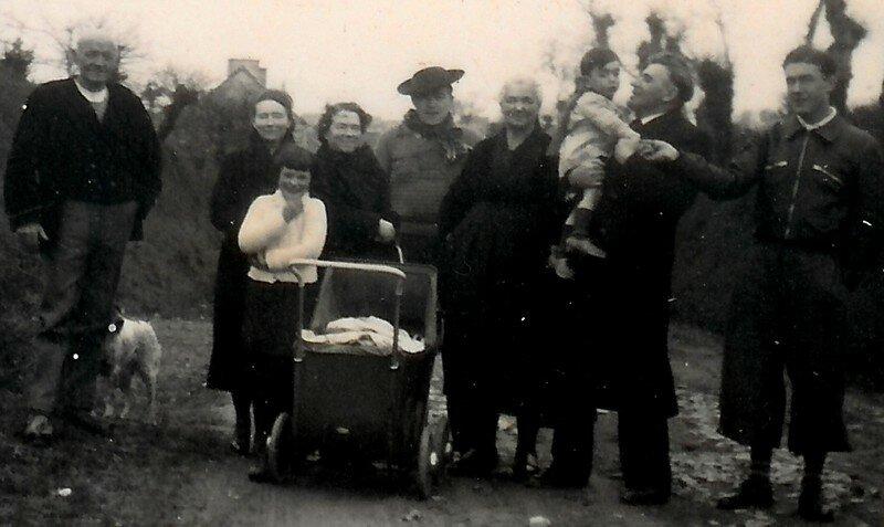 Papa à droite, Grand Père avec un petit enfant dans les bras