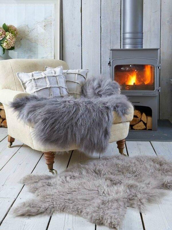 décoration-de-salon-hiver-idée-originale-peau-mouton-chemminee