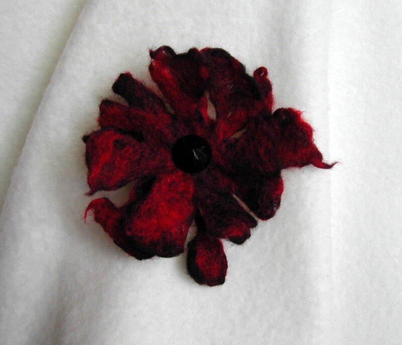 broche rouge et noir (2)