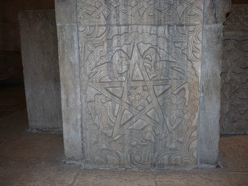 800px-Pentacle_sur_un_baptistère_datant_des_premiers_siècles_de_l'ère_Chrétienne_(Split_en_Cratie)