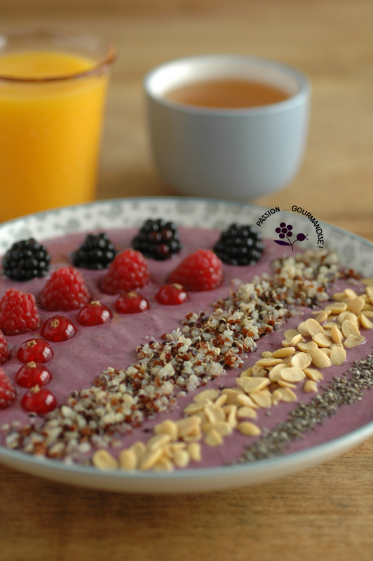 Smoothie bowl mûre, banane, fruits rouges & graines_4