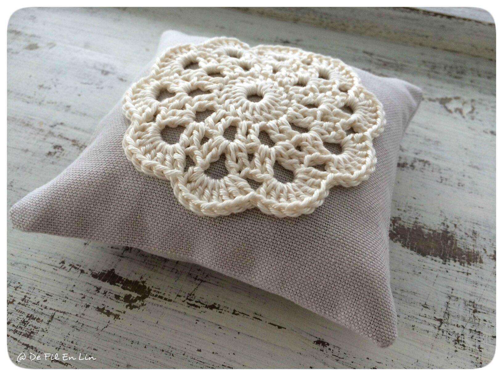 coussinet de lavande et sa fleur dentelle au crochet dentelle et brocante. Black Bedroom Furniture Sets. Home Design Ideas