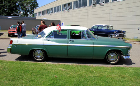 Chrysler_windsor_4door_sedan_de_1956__RegioMotoClassica_2010__02