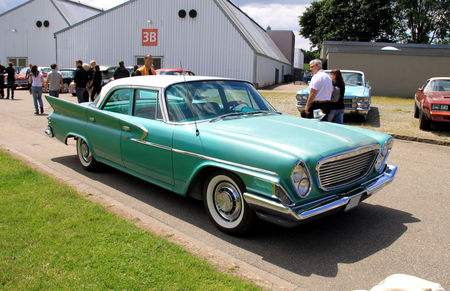 Chrysler_windsor_4door_sedan_de_1961__RegioMotoClassica_2010__01
