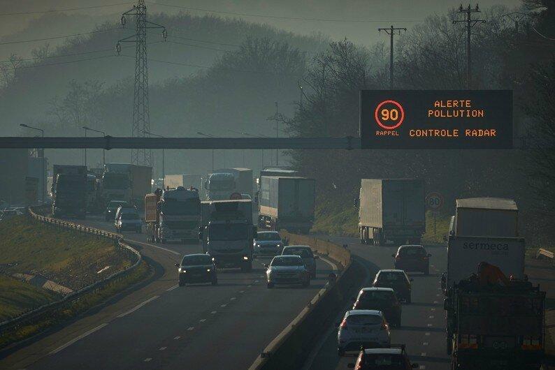 7786167388_un-panneau-demande-aux-automobilistes-de-reduire-leur-vitesse-sur-l-autoroute-a47-pres-de-lyon-le-5-decembre-2016
