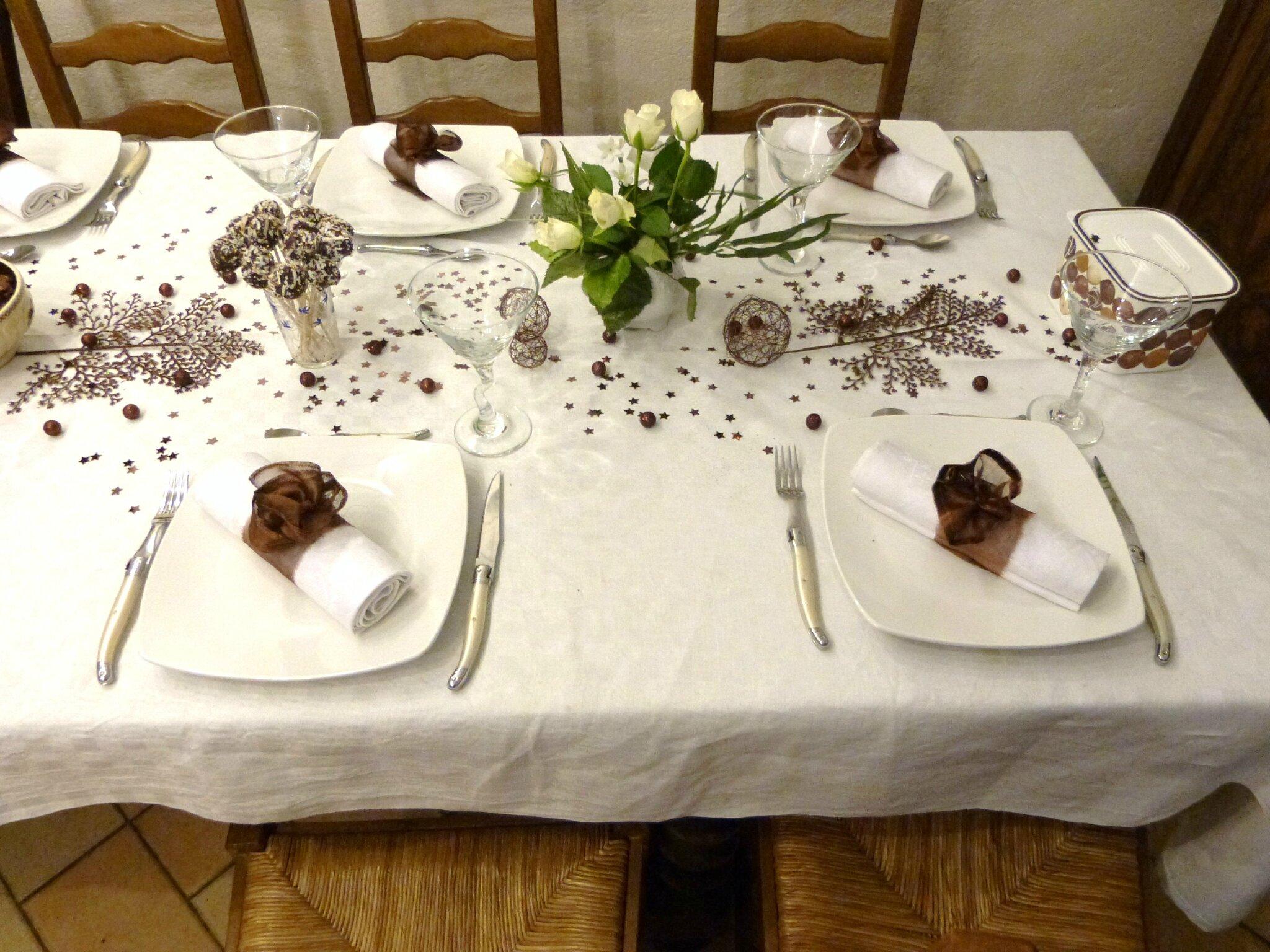 Tout en blanc et chocolat tables et d co d 39 estelle for Nappe et serviettes de table