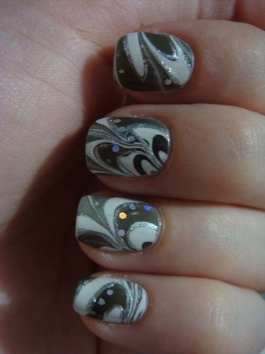 Nail art water marble et paillettes