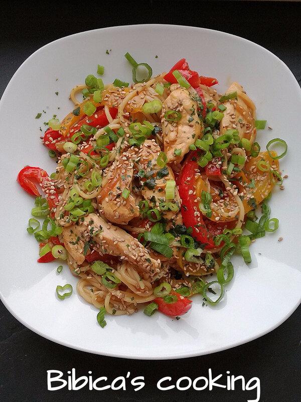 Soba au poulet et poivrons, sauce soja piquante