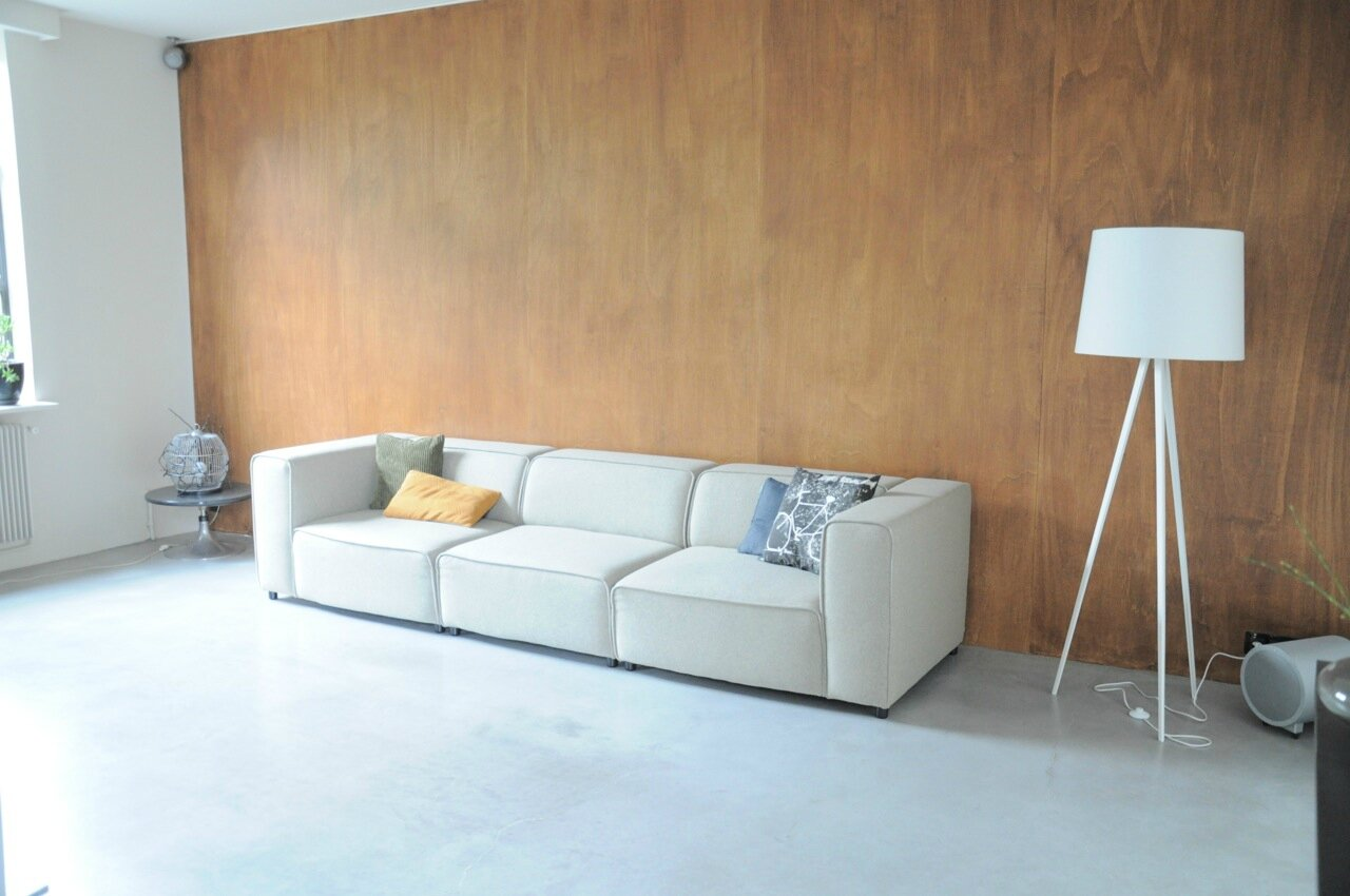 Salon sol beton mur bois photo de un lieu particulier for Salon for u homagama