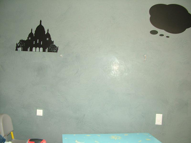 Un mur en béton ciré
