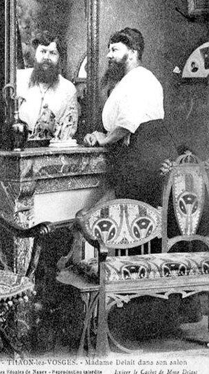 Madame Delait dans son salon