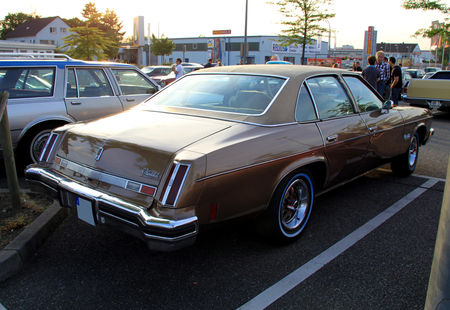 Oldsmobile_cutlass_salon_colonnade_4door_sedan_de_1976__Rencard_du_Burger_King_mai_2011__02