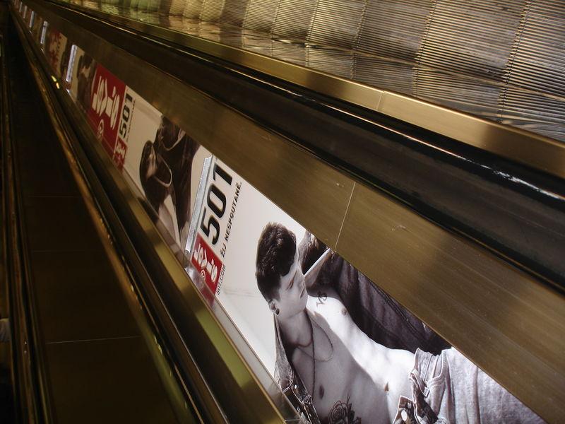 Métro : Escaliers mécaniques. Publicité en apesanteur ?