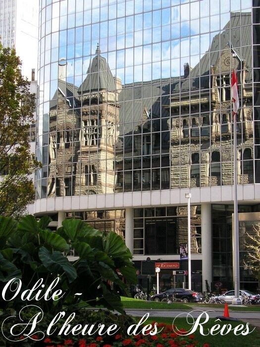 effet d'optique, l'hotel de ville ancien se reflète sur la tour de verre