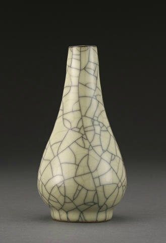 A Ge-type crackle glazed vase, Qing dynasty