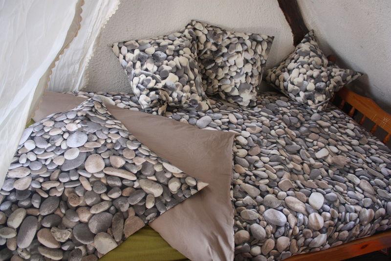 sur un lit de cailloux les aiguilles d 39 angers. Black Bedroom Furniture Sets. Home Design Ideas