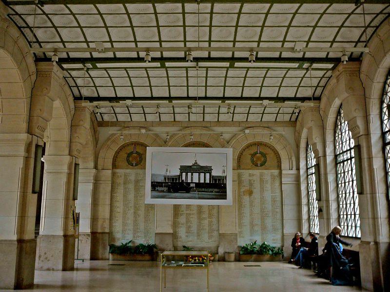Dans l'enceinte du Collège de France.