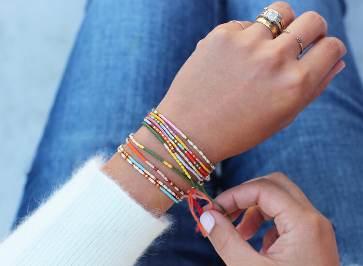 DIY-bracelet-message-perles-multicolores-enfilées