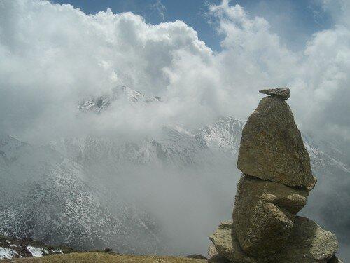 Cairn, avec les montagnes en arriere plan