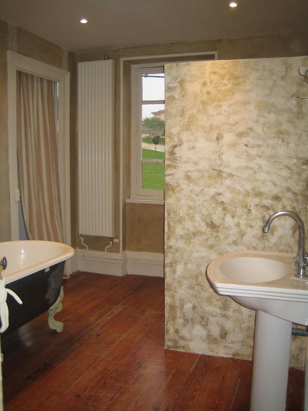 De la chaux et du stucco dans la salle de bain la - Peinture decorative stucco ...