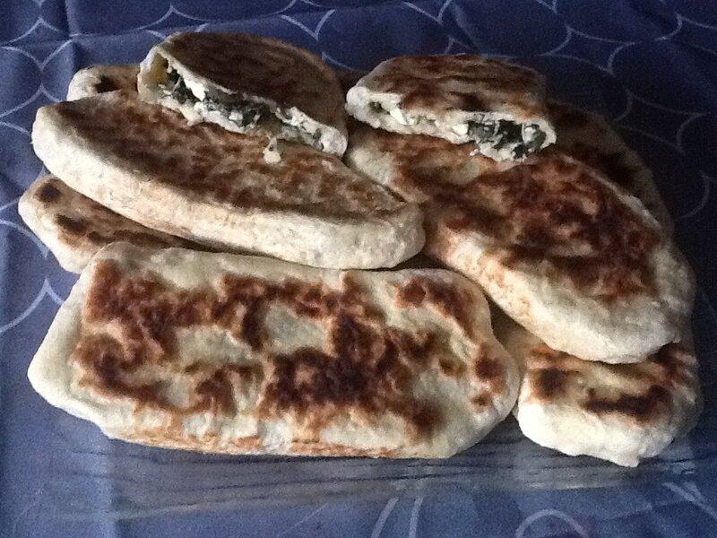 Pain plat turc farci aux épinards et fromage turc (type fêta )