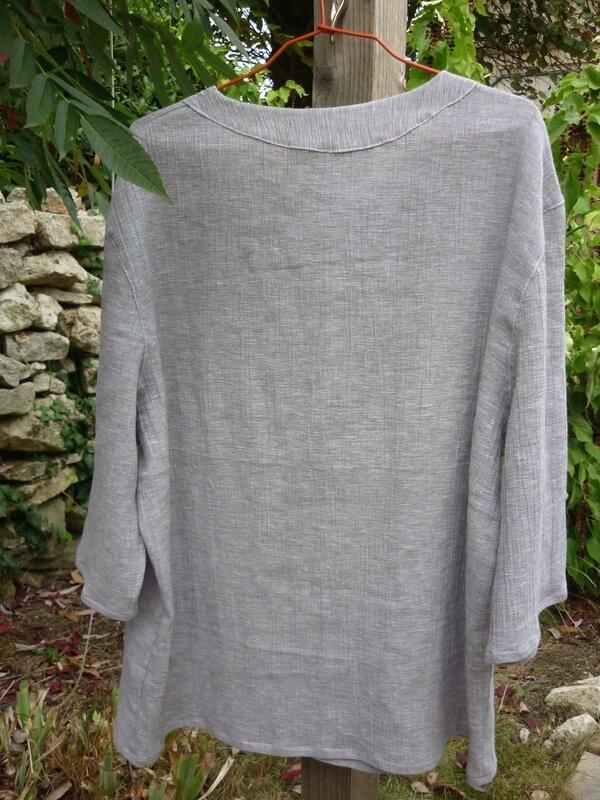 Chemise parementure apparente au col à l'arrière