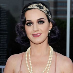 katy-perry-et-sa-coiffure-retro-annees-folles-10714224goezy_2041