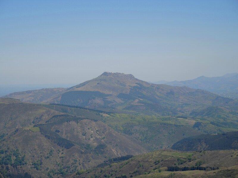 Les Trois Couronnes, en route pour Txurrumurru, Vue sur la Rhune (Espagne)