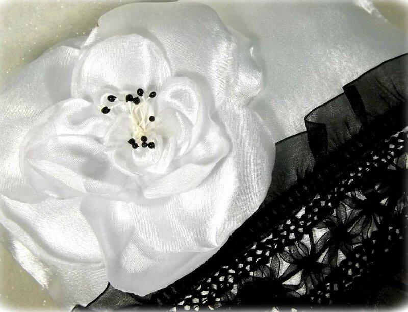 Coussin alliance noir et blanc satin dentelle mariage