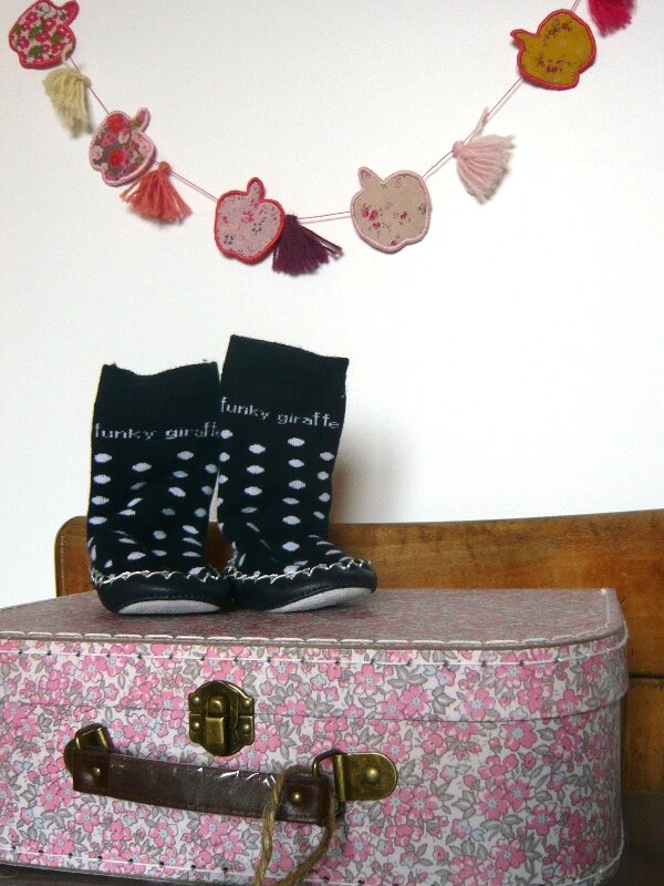chaussons chaussettes funky giraffe regression valise carton fleurie