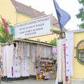 Galerie marchande de souvenirs vêtements et broderies folkloriqu