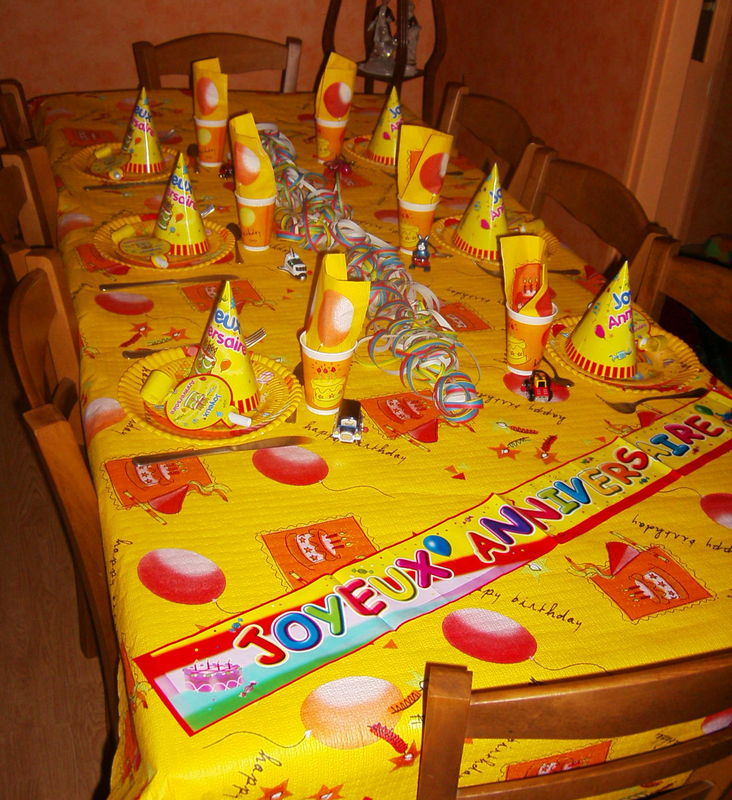 table jaune compl te photo de art de la table anniversaire enfants recettes et d coration. Black Bedroom Furniture Sets. Home Design Ideas