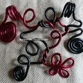 pendentif rouge noir
