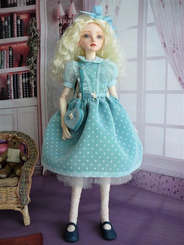 01 Eiralys en robe bleue à plumetis